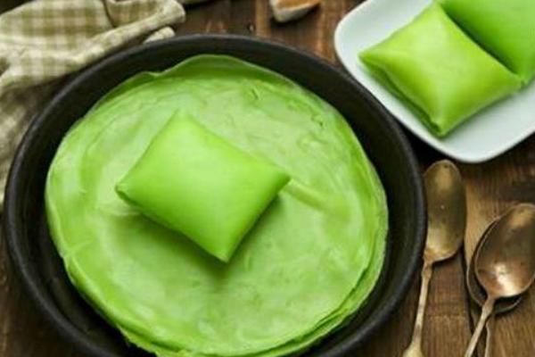 Làm bánh crepe lá dứa bằng chảo chống dính