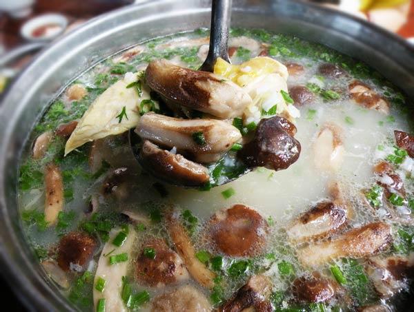 Cách nấu cháo gà nấm hương bổ dưỡng cuối tuần